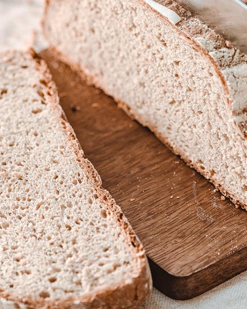 Mit Brot und Gebäck am Frühstückstisch fit in den Tag