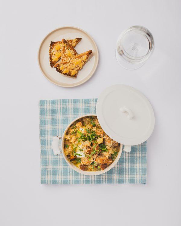 Brotrezept: Zwiebelsuppe mit überbackenem Brot