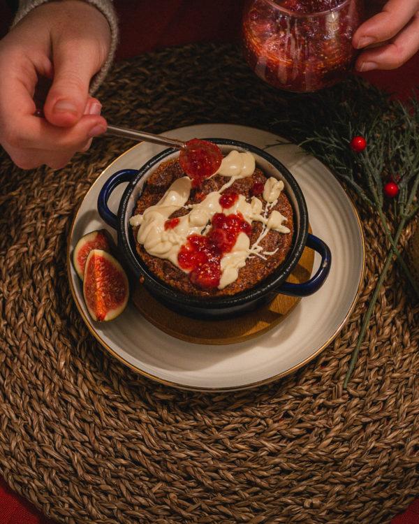 Weihnachtlicher Brotpudding mit Preiselbeeren und Feigen